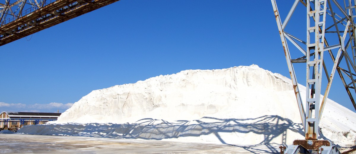 La montagna di sale appena raccolto presso le Saline di Margherita di Savoia